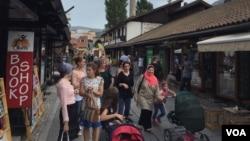 Crowds of people in the streets of Bascarsija, Sarajevo. (J. Swicord/VOA)