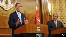Menlu AS John Kerry (kiri) dan Menlu Yordania Nasser Judeh dalam konferensi pers bersama di Amman, Yordania hari Rabu (17/7).