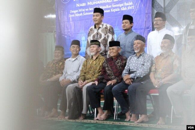 Muhammad Denny (belakang, batik) dan Hafizurrahman (belakang, kemeja biru) menekankan pentingnya Isra Miraj bagi Ahmadiyah, seperti kelompok Islam lain. (VOA/Rio Tuasikal)