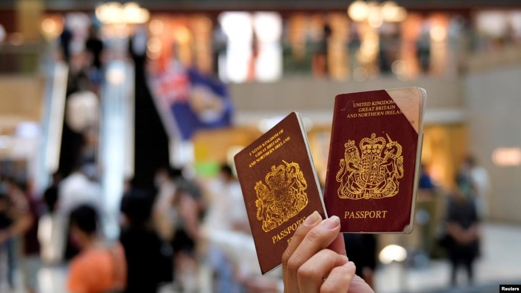 一名香港示威者在反对港版国安法的抗议中手举英国国民海外护照。(2020年6月1日)