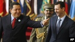 El presidente venezolano Hugo Chávez en uno de sus amistosos encuentros con el gobernante sirio Bashar al-Assad.