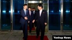 11일 개성공단 종합지원센터에서 열린 개성공단 남북공동위원회 2차회의에서 한국측 김기웅 통일부 남북협력지구 지원단장(왼쪽)과 북측 박철수 중앙특구개발지도 부총국장이 악수하며 회담장을 나서고 있다.