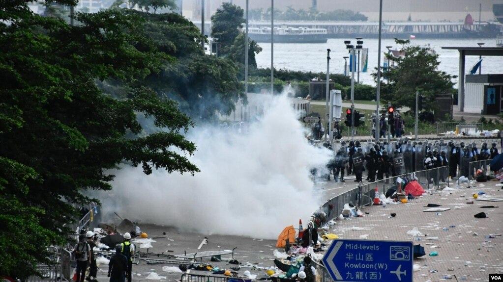 Cảnh sát Hong Kong xịt hơi cay để giải tán đám đông biểu tình. Ảnh chụp ngày 12/6/2019