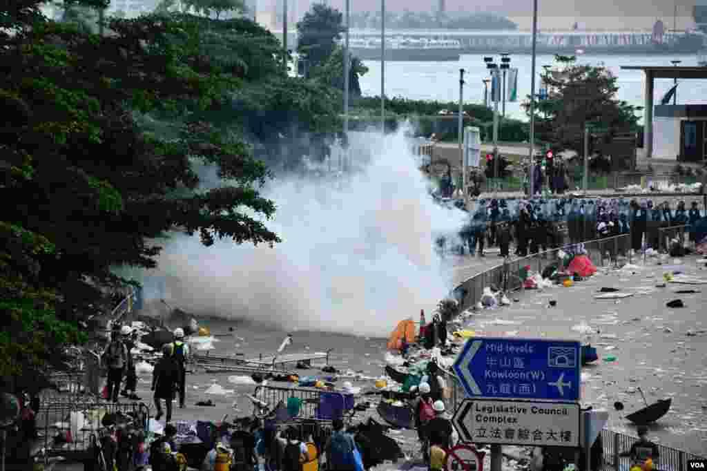 6月12日約下午四時,香港警察在立法會旁添美道附近發放催淚彈驅散示威者。 (美國之音特約記者湯惠芸拍攝)