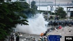 6月12日約下午四時,香港警察在立法會旁添美道附近發放催淚彈驅散示威者。(美國之音特約記者湯惠芸拍攝)
