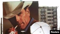 Valla publicitaria en la que aparece el Hombre Marlboro en el centro de Denver.