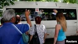 Thân nhân ở Slaviansk chào từ giả con em chạy tránh giao tranh