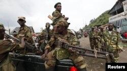 Tentara pemberontak M23 melakukan patroli di kota Goma yang mereka rebut dari pasukan pemerintah Republik Demokratik Kongo (21/11).