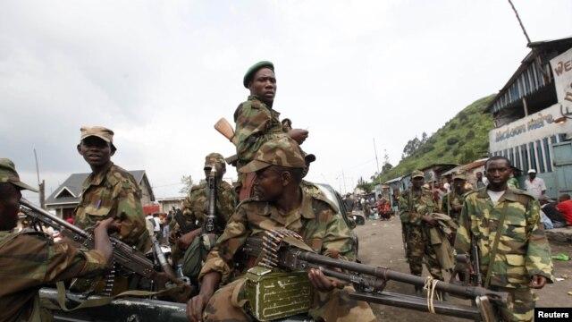Para pemberontak Kongo berpatroli di jalanan wilayah Sake, 25 kilometer dari utara Goma sesaat setalah berhasil merebut kota tersebut dari pemerintah DRC (Foto: dok). Para pemberontak menolak seruan mundur dari wilayah tersebut dan menuntut bicara dengan Presiden Kongo, Joseph Kabli.