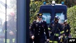 Итальянские полицейские и пожарные на месте взрыва у посольства Швейцарии. Рим. Италия. 23 декабря 2010 года