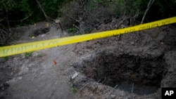 En la imagen, algunas de las fosas clandestinas donde se encontraron cuerpos en Iguala, estado de Guerrero.