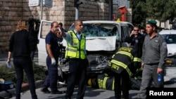 Polisi Israel memeriksa kendaraan yang digunakan pengemudi Palestina untuk menabrak kerumunan pejalan kaki di Yerusalem (5/11).