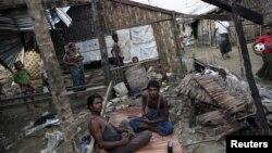 Orang-orang Rohingya menghabiskan waktu di tempat penampungan yang hancur di Sittwe, Rakhine.