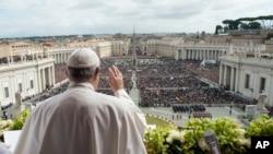 Le pape François prononce la bénédiction Urbi et Orbi à la fin de la messe du dimanche de Pâques sur la place Saint-Pierre au Vatican, le 1er avril 2018.