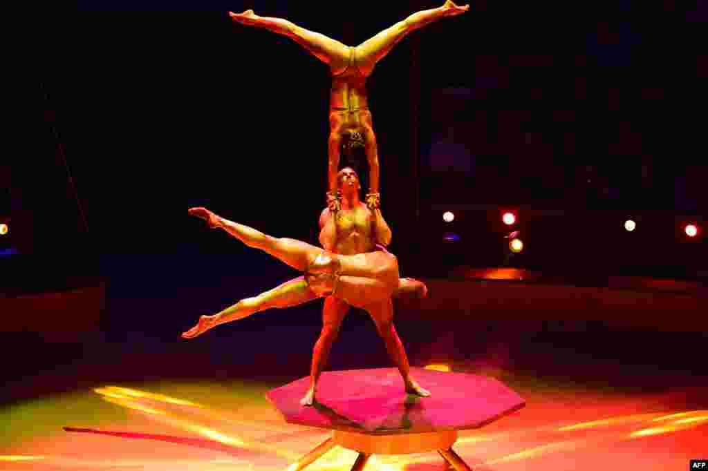 សមាជិកនៃក្រុម Trio Power Line របស់ហុងគ្រី សម្តែងនៅក្នុងកម្មវិធីសៀក Capital Circus ក្នុងពិធីបុណ្យសៀកអន្តរជាតិ (International Circus Festival) លើកទី១១ កាលពីថ្ងៃទី១១ ខែមករា ឆ្នាំ២០១៦ នៅក្នុងក្រុងប៊ុយដាប៊ែស (Budapest) ប្រទេសហុងគ្រី។