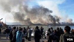 Testigos observan desde territorio de Corea del Sur, las nubes de humo que se elevan en la isla de Yeonpyeong tras el ataque norcoreano.