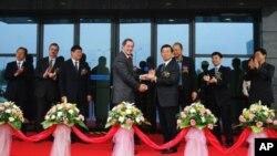 2006年英特尔公司首席执行官保罗•欧德宁在英特尔产品(成都)有限公司第二项目完成典礼上向成都市委书记李春城送礼