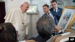Paus Fransiskus menjawab pertanyaan para wartawan di atas pesawat dalam penerbangan dari Abu Dhabi ke Roma, Selasa (5/2).