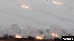 타이완이 17일 중국의 공격을 가정한 실탄훈련을 실시한 가운데, 타이완이 자체 개발한 다연발 로켓포 '썬더볼트 2000'에서 로켓을 발사하고 있다.