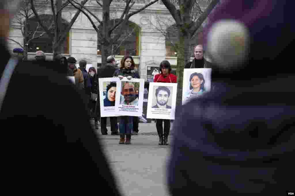 عکس برخی فعالان کارگری و فعال صنفی معلمان همچون رسول بداغی در دست معترضان بود.
