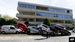 Xe ôtô chồng chất lên nhau sau trận lũ lụt ở Mandelieu la Napoule, miền nam nước Pháp, ngày 4/10/2015.;