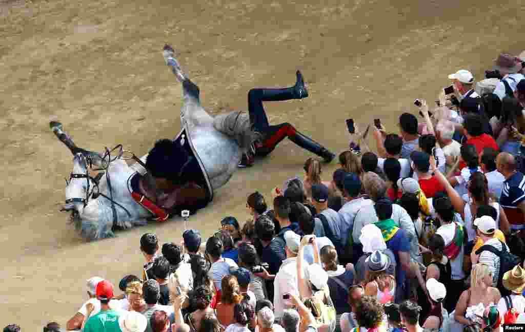 Nezgoda tokom parade pred sam početak konjskih trka u Sieni u Italiji.