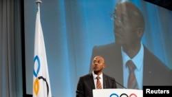 Le président de la Commission d'évaluation, le Namibien Frankie Fredericks, parle à la 121e session à Copenhague, le 8 octobre 2009.