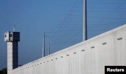 FOTO DE ARCHIVO: Se ve una torre de vigilancia en la penitenciaría de Reau, cerca de París, el 24 de septiembre de 2013. REUTERS / Christian Hartmann.