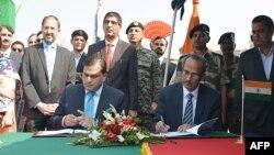 인도와 파키스탄은 24일 카르타르푸르 국경에서 시크교도의 순례를 위한 '카르타르푸르 사히브 회랑'을 개통하는 협정에 서명했다.