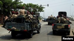 Des soldats ivoiriens de la garde présidentielle arrivent au port d'Abidjan, en Côte d'Ivoire, le 18 janvier 2017.