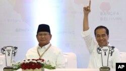 Capres Prabowo Subianto (kiri) dan Joko Widodo saat menghadiri undian nomor urut Capres di kantor KPU, Jakarta 21 September 2018 lalu (foto: ilustrasi).