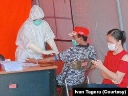 Warga Morowali Utara yang sedang mengikuti pemeriksaan kesehatan dengan rapid test di Rumah Sakit Umum Daerah Kolonodale, 4 April 2020. (Foto: Courtesy/Ivan Tagora)