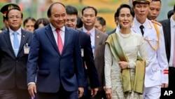 Cố vấn nhà nước Myanmar Aung San Suu Kyi (bên phải) được Thủ tướng Việt Nam Nguyễn Xuân Phúc tiếp đón tại Hà Nội ngày 19/4/2018.