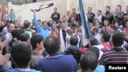 敘利亞示威者在德拉的反阿薩德總統的活動中高舉反對派的旗幟