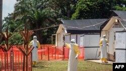 Des agents de santé opèrent dans une zone de sécurité contre le virus Ebola au centre de santé d'Iyonda, près de Mbandaka, RDC, le 1er juin 2018