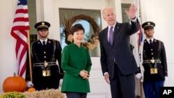 미국을 방문 중인 박근혜 한국 대통령(왼쪽)이 15일 미국 부통령 관저를 방문해 조 바이든 부통령과 함께 취재진에 포즈를 취해주고 있다.
