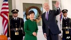 El vicepresidente Joe Biden recibe a la presidenta Park en su residencia del Observatorio Naval en Washington.