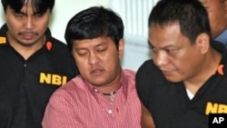 National Burueau Investigation (NBI) agents escort Andal Ampatuan Jr (C), prime suspect in Philippines' worst political massacre to court in Manila, 5 Jan 2010