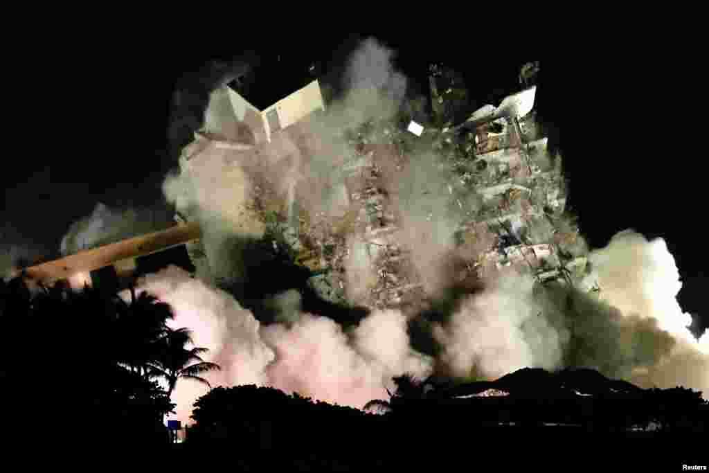 Urušena stambena zgrada u Surfsajdu na Floridi, 4. juli 2021. ( Foto: Marko Belo / Rojters )