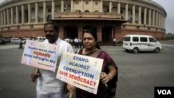 Warga India melakukan protes anti korupsi yang menjadi skandal memalukan di kalangan birokrat India (foto: dok).