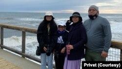 Carina Subagio bersama suami dan kedua anaknya, Isabella dan Nevin. (Foto dok. pribadi)