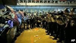 Cảnh sát chống bạo động chĩa súng ngăn người biểu tình tiến vào khu thương mại Mong Kok, ngày 19/10/2014.