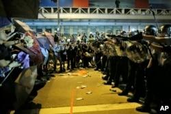 香港警察试图阻止示威群众前进(2014年10月19日)