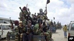 Elementos da al-Shabab durante exercícios militares a Norte de Modadixo