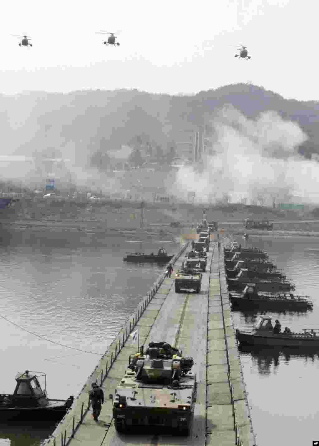 Kendaraan lapis baja milik Angkatan Darat Korea Selatan melintasi jembatan dalam latihan melawan serangan dari Korea Utara di dekat zona demilitarisasi di Hwacheon, Korea Selatan (1/4). (AP/Lee Hae-ryong)