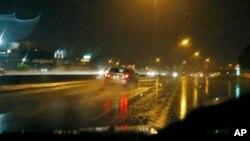Xe hơi di chuyển trên đường cao tốc bị lụt lội ở Jackson, Missouri.