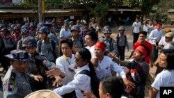 Para mahasiswa berhadapan dengan polisi yang menghadang aksi mereka di Letpadan, utara kota Rangoon, Myanmar (2/3).