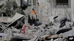 Người Palestine kiểm tra thiệt hại sau 1 cuộc tấn công của Israel ở thành phố Gaza, 2/8/2014.