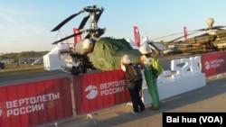 2015年莫斯科航展上展出的卡-52K直升机。(美国之音白桦拍摄)