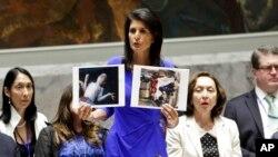 Američka ambasadorka u Ujedinjenim nacijama pokazuje fotografije dece poginule u hemijskom napadu u Siriji